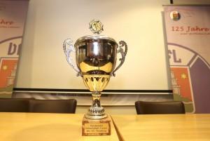 Foto : der Siegerpokal Fussball Hallenturnier / Auslosung am Di. 01.12.2015 Turnier zum Bert Meyer Cup © Claus Bergmann